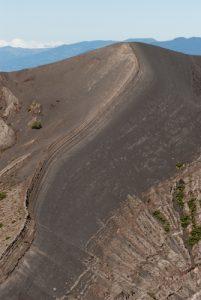 Flanc du cratère principal du Volcan Irazú (3 432 mètres d'altitude / 300m de profondeur / 1000m de diamètre)<br> Parc national du Volcán Irazú<br> Le Costa-Rica