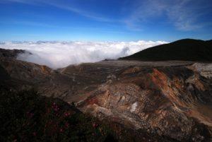 Lac du cratère principal du Volcan Poás (2574m d'altitude / 300m de profondeur / 1320m de diamètre)<br> Parc national du volcan Poás<br> Le Costa-Rica