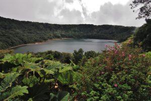 La lac du cratère du Volcan Botos (2620m d'altitude / 14m de profondeur / 400m de diamètre)<br> Parc national du volcan Poás<br> Le Costa-Rica