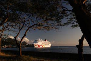 Bateau de croisière dans le port de Canefield<br> Île de la Dominique (Dominica)