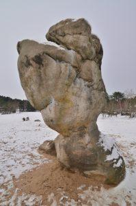 """Le rocher du """"Bilboquet"""" des sables du cul du chien sous la neige<br> Les 3 pignons<br> Forêt de Fontainebleau"""