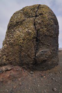 Boule de lave au pied du volcan Caldera colorada. Parque Nacional de los Volcanes. Île de Lanzarote (Islas Canarias).