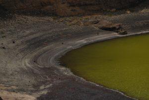 Le cratère et son lac vert de Charco de los Ciclos. El Golfo. Île de Lanzarote (Islas Canarias).