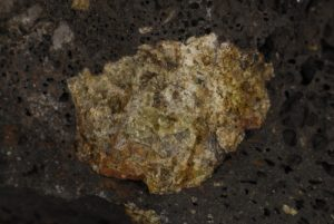 Olivine dans sa gangue de basalte utilisée en joaillerie sous le nom de péridot. Parque Nacional de Timanfaya. Île de Lanzarote (Islas Canarias).
