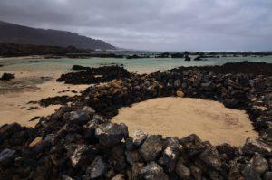Plage de sable blanc et mer turquoise. Bajo de los sables. Île de Lanzarote (Islas Canarias).