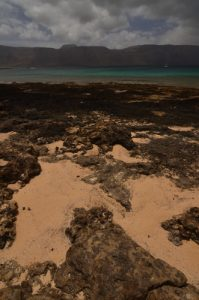 Montana Amarilla et playa Cocina.  Île de Graciosa. Île de Lanzarote (Islas Canarias).