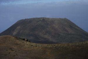 Le volcan La Corona depuis le volcan La Quemada avec en premier plan le volcan Los Helechos. Île de Lanzarote (Islas Canarias).