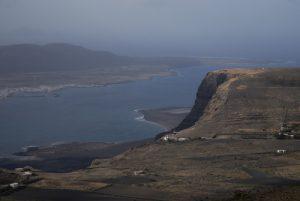 L'île de Graciosa & la falaise Risco de Famara depuis depuis le volcan La Quemada. Île de Lanzarote (Islas Canarias).