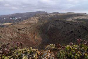 Le Volcan La Quemada à Maguez avec vue sur la montagne Penas del Chache. Île de Lanzarote (Islas Canarias).