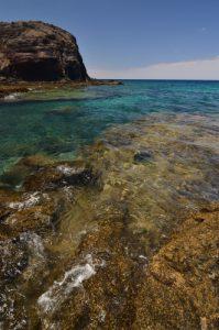 La mer turquoise autoure de la plage playa de la Cera. Monumento Natural de los Ajaches. Île de Lanzarote (Islas Canarias).