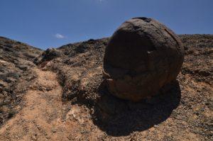 Boule volcanique au dessu de la plage de la Cera. Monumento Natural de los Ajaches. Île de Lanzarote (Islas Canarias).