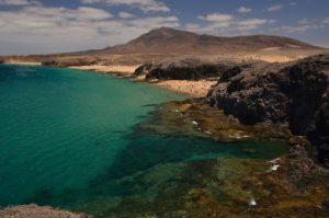 Les plages de Papagayo & de la Cera et, au fond, Atalaya de Femés depuis la pointe de Papagayo. Monumento Natural de los Ajaches. Île de Lanzarote (Islas Canarias).