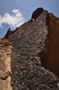Dyke (filon de roche magmatique qui s'est infiltré dans une fissure) au dessus de la plage de Papagayo. Monumento Natural de los Ajaches. Île de Lanzarote (Islas Canarias).