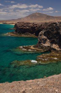 Atalaya de Femés depuis la pointe de Papagayo. Monumento Natural de los Ajaches. Île de Lanzarote (Islas Canarias).