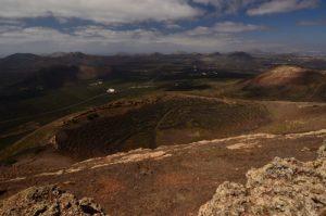 Vue panoramique depuis le sommet de Montana Guardilama. Culture vinicole dans des creux de scories volcaniques de La Géria. Île de Lanzarote (Islas Canarias).