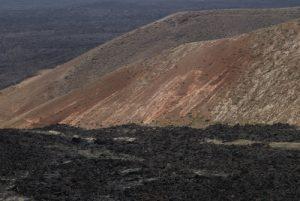 Le Volcan Montana Caldereta depuis le volcan Caldera Blanca (1000m de diamètre, 460m).<br> Parque nacional de los volcanes.<br> Île de Lanzarote (Islas Canarias).