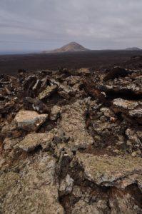 Lave récente au pied du volcan Caldera Blanca (1000m de diamètre, 460m).<br> Parque nacional de los volcanes.<br> Île de Lanzarote (Islas Canarias).