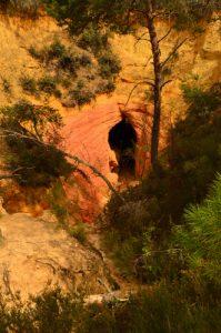 Tunnel creusé par un ruisseau dans les Ocres près du Désert blanc<br> Le Colorado provençal de Rustrel<br> Parc Naturel Régional du Lubéron