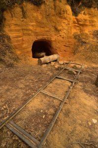 Grotte creusée dans les Ocres<br> Le Colorado provençal de Rustrel<br> Parc Naturel Régional du Lubéron