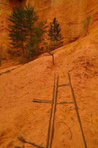 Sentier de la Combe Étroite dans les carrières d'Ocre<br> Parc Naturel Régional du Lubéron