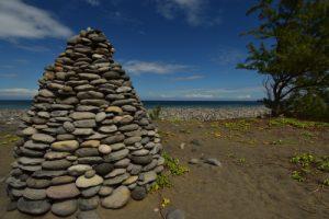Cairn construit avec les galets de la plage.<br> Forêt de l'Etang Salé<br> Île de la Réunion