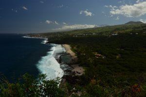 Point de vue sur la plage de Grand-Anse, le Piton des Neiges au fond et le Piton Mont-Vert à droite<br> Piton Grand-Anse<br> Île de la Réunion