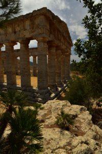 Le temple dorique de Ségeste (ou temple de Hera) en calcaire local du mont Bàrbaro datant de la fin du Ve siècle av. J.-C<br> Site archéologique de Ségesta<br> Île de La Sicile