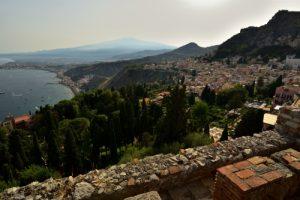 Vue sur l'Etna depuis le théâtre antique gréco-romain (IIIs av JC) de Taormina<br> Le village de Taormina<br> Île de La Sicile