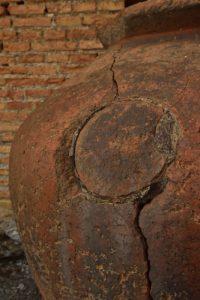 Poteries dans le théâtre antique gréco-romain (IIIs av JC) de Taormina<br> Le village de Taormina<br> Île de La Sicile
