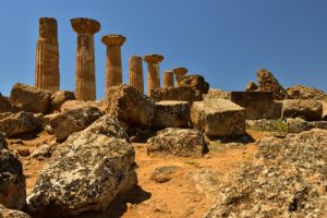"""Le Temple grec """"Tempio dei Ercole"""" de la cité d'Akragas<br> La vallée des temples (Valle dei Templi)<br> Île de La Sicile"""