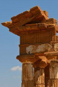 """Le Temple grec """"Tempio dei Dioscuri"""" de la cité d'Akragas<br> La vallée des temples (Valle dei Templi)<br> Île de La Sicile"""