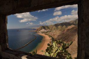 Playa de Las Teresitas depuis le Mirador de San Andres<br> Parc Macizo de Anaga<br> Île de Tenerife (Islas Canarias)