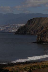 Santa-Cruz de Tenerife &amp; Teide depuis le sentier du sémaphore à Igueste de San Andres<br>Parc Macizo de Anaga<br>Île de Tenerife