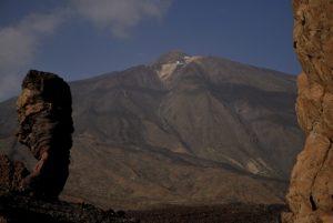 Le volcan Teide (3718m), Los Roques de Garcia &amp; Cinchado, formes anthropomorphes résultat de l'érosion de vieilles cheminées et coulées de lave<br> Parc national du Teide<br> Île de Tenerife (Islas Canarias)
