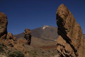 Le volcan Teide (3718m) et Los Roques de Garcia &amp; Cinchado, formes anthropomorphes résultat de l'érosion de vieilles cheminées et coulées de lave<br> Parc national du Teide<br> Île de Tenerife (Islas Canarias)