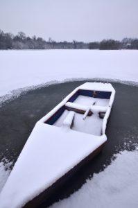 Barque sur l'Etang de la Loy, gelé et sous la neige<br>  Site classé de la vallée de La Brosse et de La Gondoire
