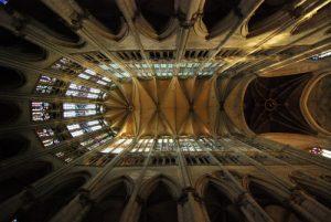 Construite de 1569 à 1573, elle a le plus haut chœur au monde (48,50 m) et une tour de 153 mètres de haut et de style gothique<br> La Cathédrale Saint-Pierre de Beauvais