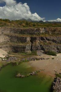 Carrière de la coulée de la rivière blanche<br> Chemin des Sources Chaudes de la Montagne Pelée<br> Parc Naturel Régional de La Martinique