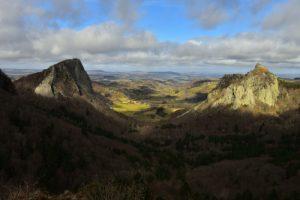 Les deux protrusions volcaniques, les roches Tuilière &amp; Sanadoire<br> Parc Naturel Régional des Volcans d'Auvergne